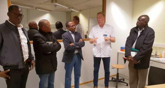 Le Doyen et le Professeur Lokomba en visite au laboratoire de simulation de CHU du Sartilman à Liège
